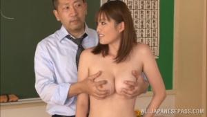 Toute nue, Moe Tsukina  sert de modèle  pendant un cours science naturelle