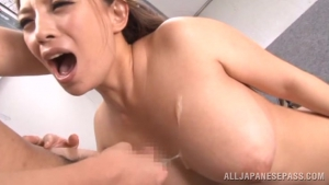 Mako Oda, une prof japonaise à gros seins se masturbe en solo avant profite d'une bite dure en pov