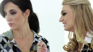 Scène lesbienne  entre une brunne et une blonde