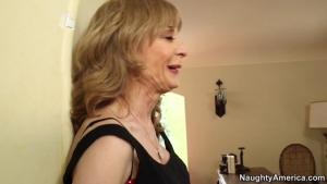 Nina hartley très sexy dans sa lingerie fine se fait tringler sur la table à manger