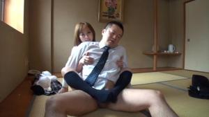 Proviseur traité tendrement par une étudiante sexy qui le branle avec ses pieds