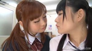 Rumi Kamida And Sayaka Otonashi se gouinent dans la salle de classe