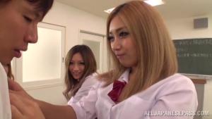 Prof chanceux pris en otage par trois étudiantes japonaises qui s'occupent de sa bite