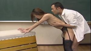 Manami Suzuki se fait pilonner la chatte dans ses collant et sa porte jarretelles