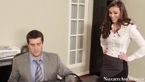 Casey calvert est delicieuse a bouffer sur le bureau