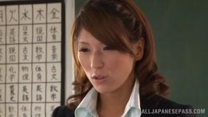 La nouvelle prof c'est Nami Hoshino, elle a des gros seins et adore tailler des pipes aux étudiants