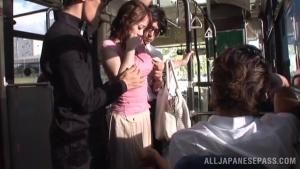 Jeune japonaise sexy  trempée en mini-jupe elle se fait violer dans le bus