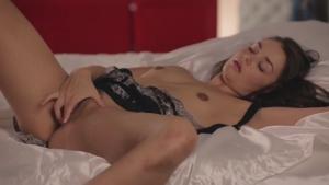 La brune a son petit rituel avant de dormir
