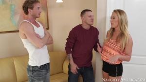 La femme cougar blonde ultra chaude baise avec deux mecs bien montés