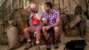 Blanche bradburry blonde sexy cul moyen bottes ferme libertine minette sperme sur