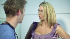 L'infirmier prend particulièrement soin de cette patiente blonde à l'hosto