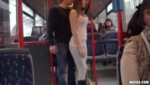 Bonnie Shai se fait troncher dans un bus public bondé! Truc de fou !!