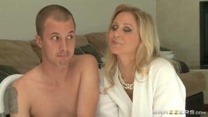 Cette blonde mature arrête de repasser les fringues pour niquer avec son beau fils