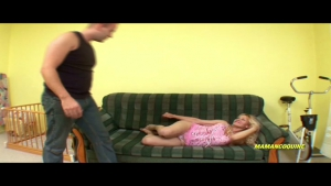 Jeune MILF Blonde attend son tour