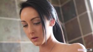 Une jeune couple fait des galipettes dans la salle de bain