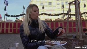 Une touriste  blonde victime d'une baise torride