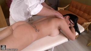 Ce masseur sodomise sa cliente brutalement