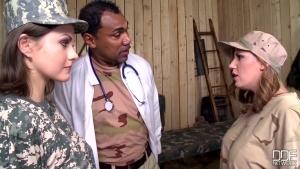 Tina kay et yuffie yulan deux femmes soldats qui se font raméner à l'ordre