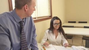 Secrétaire à lunettes très cochonne sait comment gérer son boss