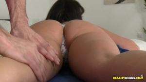 Nia baisée dans son appart par un masseur