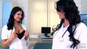 Jasmine jae et emma leigh s'envoient en l'air dans la salle de consultation