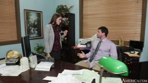Jasmine caro se tape son boss sur le bureau