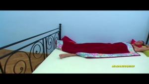 Blonde chochonne emplatrée sur le lit