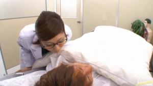 Seule dans un bureau vide, Yuma Asami se peut s'empêcher de se masturber avec son sextoy