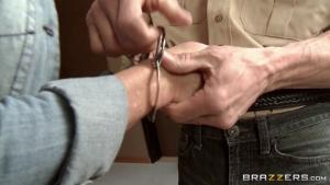 La blonde baisee sauvagement au poste de police