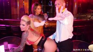 Deux stripteaseuses baisées après le spectacle