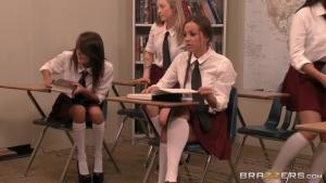 Ava addams et abby cross godent une élève chaude sexy en salle de classe
