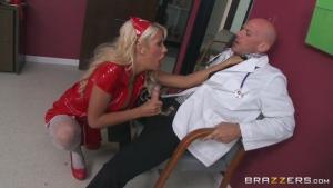 Cette infirmière cochonne baise avec le docteur