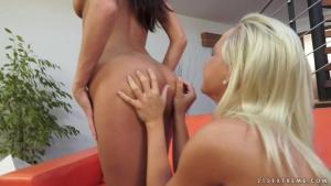 Broutage de minou intense sur le divan pour u duo de lesbiennes brune et blonde