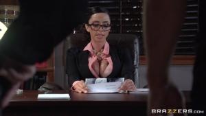 Ariella ferrera secrétaire allume baisee sauvagement sur son propre bureau