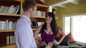 Sophie dee excitante avec ses gros nibards sodomisée dans le bureau