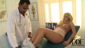 Gynéco pervert s'occupe d'une patiente à sa facon