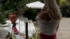 Nancey eveline ca se passe bien entres ces deux lesbiennes au bord de la piscine