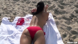Rencontre à la plage une brune coquine