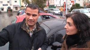 Un couple russe baise sauvagement dans la voiture