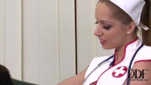 Une patiente se fait élargir le cul par une infirmière nympho