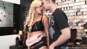 Cette mature montre à ce jeune comment baiser sur une chaise