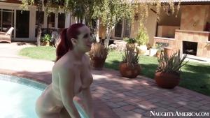Kelly divine s'ennuie pas avec un étalon au bord de la piscine