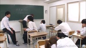 Sayuki Kanno se fait titiller la chatte et malaxer ses gros seins devant tous ses élèves