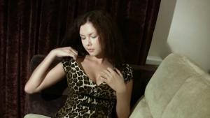 Superbe paire de seins naturels pour cette jolie brune