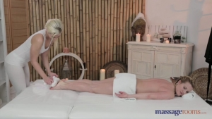 Tracy et  martina  amusent dans le salon de massage