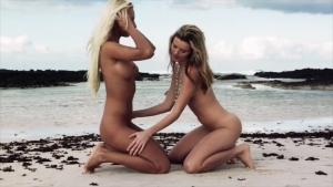 Nikky victoria deux blondes lesbiennes qui hurlent de plaisir sur la plage