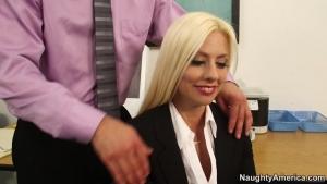 Jessie volt une nouvelle secrétaire vraiment gourmande