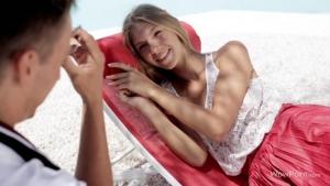 Anjelica il baise la blonde mince a la plage