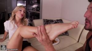 Cameron dee une mature qui adore se faire sucer les pieds