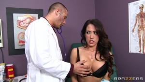 Brune malade se fait agrandir le minou par un docteur pervers